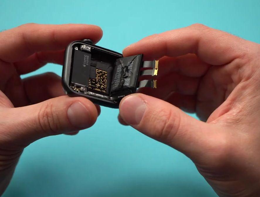 Достаём батарею смарт часов Эппл 5